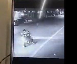 【動画】スクーターに乗る女性が車道で止まりスマホを見るが…