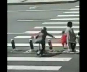 【動画】おじいさんが止めようとするが子供が横断歩道を走って渡ろうとし…