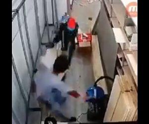【閲覧注意動画】必死で逃げる男性に男が巨大な刃物で襲いかかりる。男性の腕が…