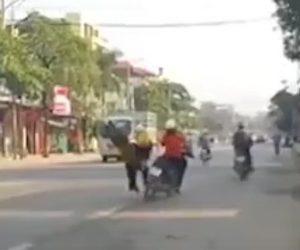 【動画】赤ちゃんを抱いた母親が道をゆっくり歩いて渡ろうとするが…