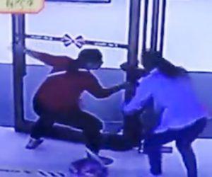 【動画】少年がガラスドアに頭を挟んでしまい身動きが取れなくなってしまう衝撃映像