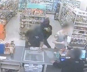【動画】強盗が店に現れ銃で店員を脅すが、すぐに警察官が現れ…