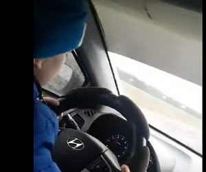【動画】9歳の少年が130キロのスピードで車を運転する衝撃映像