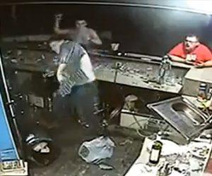 【動画】酒場で大乱闘。酒瓶を振り回し大男が殴り合う衝撃映像