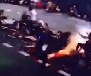 【動画】突然電線が落下。下にいた女性に直撃してしまい…