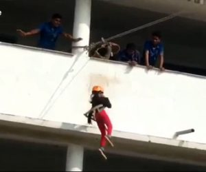 【動画】少女がジップラインをするがロープが切れ30フィート高さ(9m)から落下してしまう衝撃映像