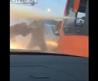 【動画】ロードレイジで起こった男がバスにチャイルドシートで殴り掛かるが…