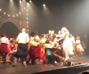 【動画】パフォーマンスが終わったダンサー達がステージで飛び跳ねるとステージが床が抜け…