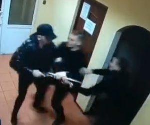 【動画】散弾銃を持った酔っ払い男VSバーの用心棒。男は用心棒に銃を発砲し…