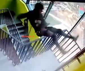 【動画】作業員が屋上に出ようとハシゴに登るが手を滑らせ落下してしまう