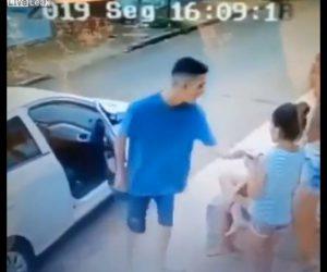 【動画】車でバックし戻ってきた強盗に少女が携帯電話を奪われてしまう衝撃映像