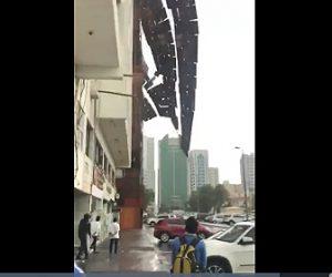 【動画】建設現場の足場が風で取れ、大量に落下してくる衝撃映像