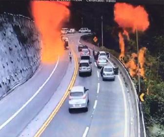 【動画】カーブを曲がり切れずタンクローリーが横転し炎上。ドライバー達が必死に逃げる衝撃映像