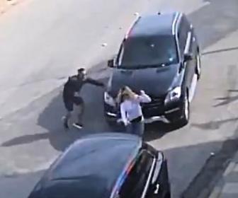【動画】犬の散歩をする少女に暴走するSUV車が突っ込んでしまう衝撃事故映像
