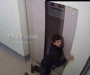 【動画】酔っぱらった男性がなかなかエレベーターに乗る事ができない衝撃映像