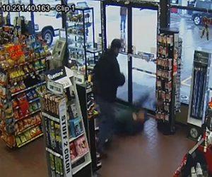 【動画】スーパーマーケットで言い争いになった男性。強烈なパンチで殴り倒される衝撃映像