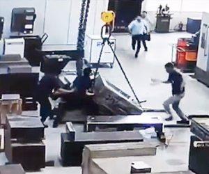 【動画】クレーンで重い荷物を持ち上げようとするが倒れてしまい作業員が足を挟まれる衝撃映像