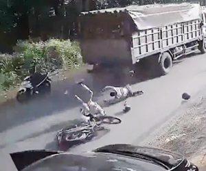 【動画】停車した車が後方を確認せずドアを開け2人乗りバイクがドアに激突してしまう衝撃映像