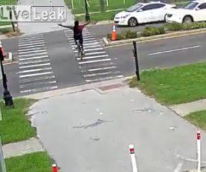 【動画】横断歩道を渡る自転車。自転車運転手は両手を上げて車にアピールするが…