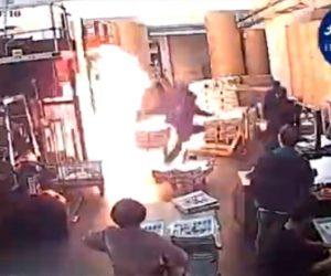 【動画】フードにマスク姿の男達が印刷会社に現れ、火をつけて逃走する衝撃映像