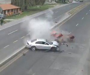 【動画】スピード違反の車が反対車線に飛び出し正面衝突してしまう衝撃事故映像