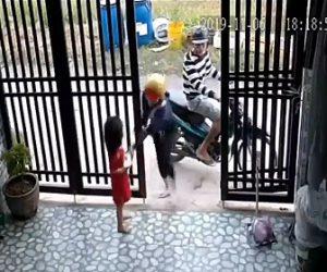 【動画】少女が持つスマートフォンをバイクから降りてきた少女が奪い走り去る