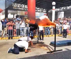 【動画】パレードのショーで火がついたバーを男性が飛び越えようとするが失敗し…