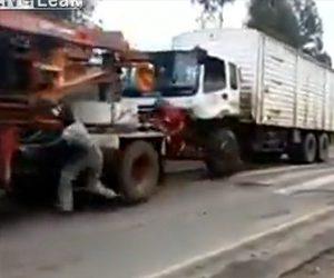 【閲覧注意動画】トラックを牽引する車に作業員が飛び乗ろうとするが失敗し…