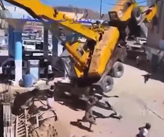 【動画】クレーンが巨大なプロパンタンクを持ち上げようとするが重過ぎて…