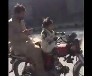 【動画】3歳の子供がバイクを運転する衝撃映像