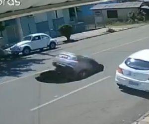 【動画】大型トラックが通過後に車道に大きな穴が空いてしまい後続車が…