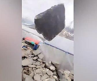 【動画】ベースキャンプで山を登る準備をしている所に巨大な岩が落ちてくる衝撃映像
