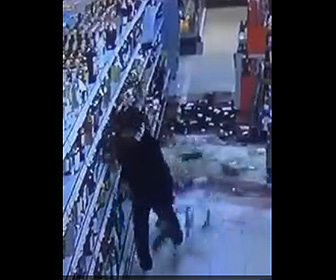 【動画】スーパーの棚にある酒瓶を落としまくるヤバすぎる男