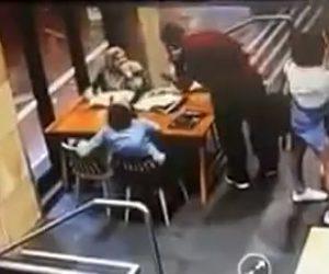【動画】カフェで妊娠中の女性に男が襲いかかる衝撃映像