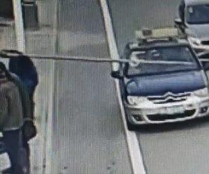 【動画】作業員が持つ長いスチールパイプが車道を走るタクシーのフロントガラスに刺さってしまう