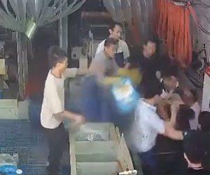 【動画】男性2人が作業場で激しい喧嘩。喧嘩を止めようとした男性が酸をぶちまけて…