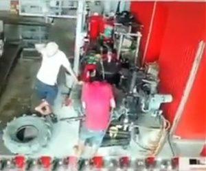 【動画】タイヤを修理中、爆発し作業員が吹き飛ばされてしまう衝撃映像