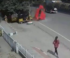 【動画】高速道路高架橋からスピード違反の車が落下し歩行者に激突する衝撃事故映像