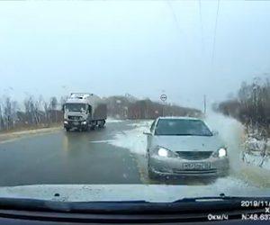 【動画】停車しているトラックを避けようとする車が次々と対向車に突っ込んでくる衝撃映像