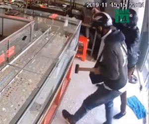 【動画】宝石店に武装強盗が現れ、銃を撃ちまくりながらショーケースの宝石を奪って逃走する