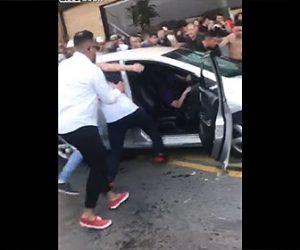 【動画】車道の車が大勢に取り囲まれボッコボコにされてしまう衝撃映像