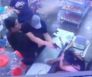 【動画】男が妻を撃ち殺そうと至近距離から銃を撃ちまくるが…
