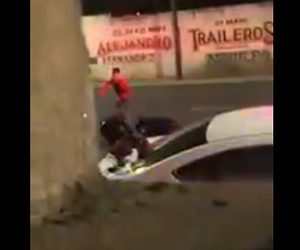 【動画】警察官に逮捕されそうな男が警察官を殴り倒し逃走する