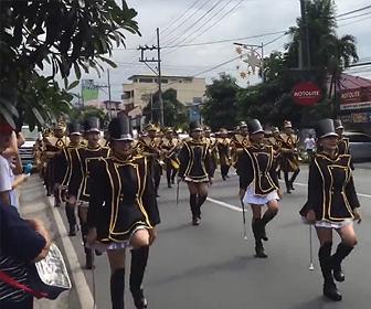 【動画】パレードをしている横で男が布を被り怪しい動きをしている衝撃映像