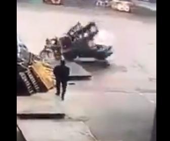 【動画】フォークリフトが倒れてしまい運転していた作業員が潰されてしまう衝撃事故映像