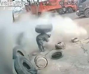 【動画】作業員がトラックタイヤに空気を入れようとするが大爆発し…