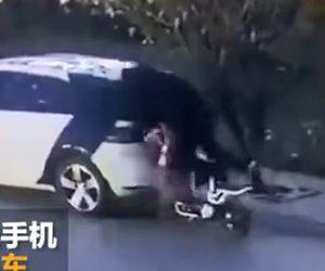 【動画】スクーターに乗る女性が停車している車に突っ込みリアガラスに頭が刺さる