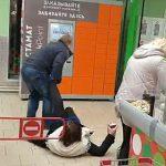 【動画】レジで騒いでいる酔っぱらった女性を警備員がつまみ出す衝撃映像
