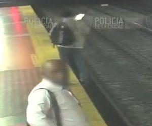 【動画】駅のホームで歩きスマホをしている男性が足を踏み外し線路に転落してしまう