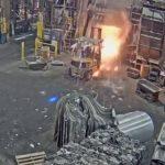 【動画】フォークリフトで溶鉱炉に濡れた金属を入れてしまい爆発する衝撃映像